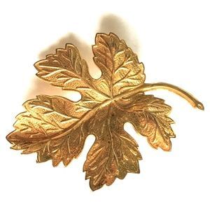 Jewelry - Gold Maple Leaf Pin